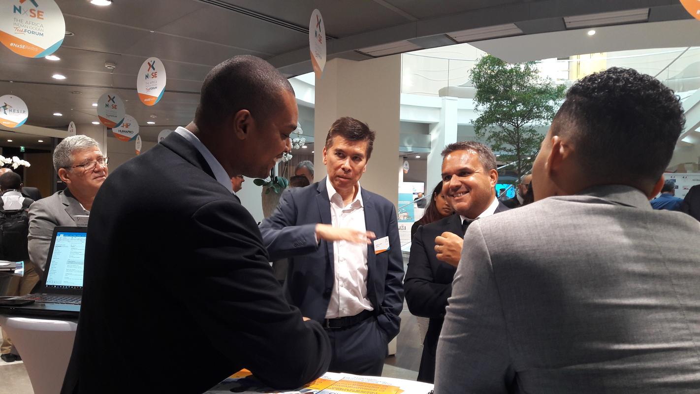 Didier Robert et Philippe Arnaud devant le stand de Huma Pro, start-up péi.